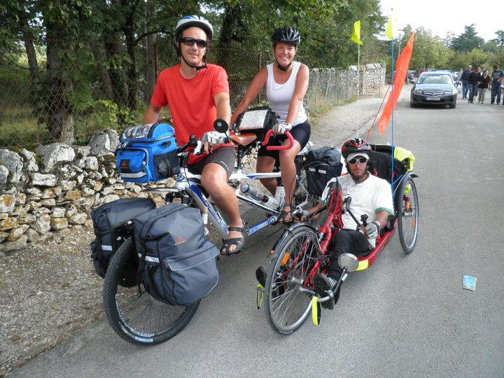 Les 3 Leclerc sur leur tandem et leur handbike pour un tour du monde